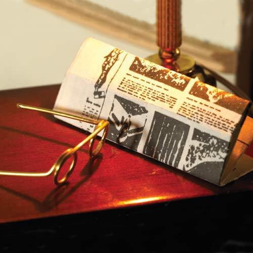 Journal et paire de lunettes